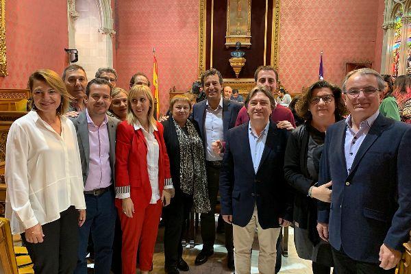 Mauricio Rovira arropado por los principales dirigentes del PP antes de iniciar su intervención de ayer en el debate de Política General del Consell.