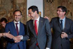 Juanma Moreno, estrecha la mano al alcalde de Sanlúcar, acompañado por el vicepresidente de la Junta, Juan Marín.