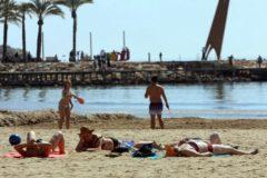 Bañistas en la playa de Levante de Salou (Tarragona) el pasado domingo