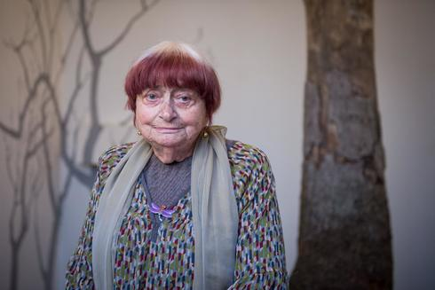 """En esta foto de archivo tomada el 23 de marzo de 2019, la artista francesa Agnes Varda posa junto a su instalación """"La serre du bonheur"""", presentada como parte de su exposición en el castillo de Chaumont-sur-Loire."""