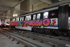 Un convoy de Metro con grafitis.