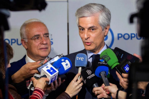 Adolfo Suárez Illana atiende a la prensa en Logroño.