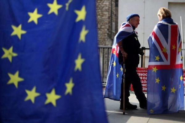 Activistas anti Brexit con banderas de la UE y la Unión Jack