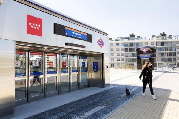 Una mujer pasa por la recién inaugurada estación de Arroyofresno.