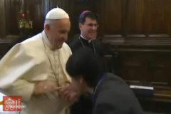 """El Papa evitó que le besaran el anillo por una cuestión de """"higiene"""""""