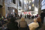 Protesta de los vecinos del Raval en la capilla de la Misericòrdia para reivindicar el espacio para un nuevo ambulatorio.