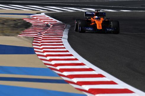 Sainz, con el MCL-34, durante la primera sesión de libres en Sakhir.