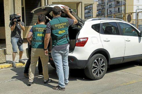 Guardias civiles de la UCO cargan en un vehículo el material incautado en el registro de una sede de UGT en Sevilla en julio de 2015.