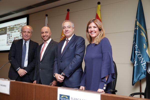 El delegado especial del Estado en el CZFB, Pere Navarro, con Blanca Sorigué y el presidente de la World FZO, Dr. Mohammed Alzarooni, y el CEO de la World FZO, Dr. Samir Hamrouni