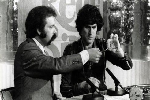 Uri Geller con José María Iñigo en el programa Directísimo durante su visita a España en 1975.