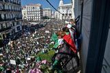 Masiva manifestación contra el régimen argelino, este viernes en Argel.