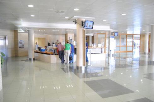 Recepción del centro QuirónSalud de Torrevieja.