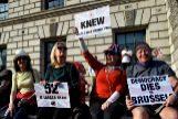 """FMA02. <HIT>LONDRES</HIT> (REINO UNIDO).- Manifestantes pro """"brexit"""" participan en una protesta en el exterior del Parlamento en <HIT>Londres</HIT> (Reino Unido), este viernes. El Parlamento británico tumbó este viernes por tercera vez el acuerdo del """"brexit"""", lo que acerca al Reino Unido a una salida abrupta de la Unión Europea (UE) el 12 de abril o bien a pedir una larga prórroga que le obligaría a participar en las elecciones comunitarias de mayo."""
