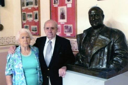 Fernando Rodríguez Miaja con su mujer Pepita posando junto al busto de su tío, el general Miaja.