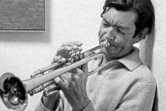 El escritor Julio Cortázar toca la trompeta en su apartamento de Paría.