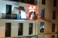 Angustioso rescate a una mujer y sus dos perros en un incendio