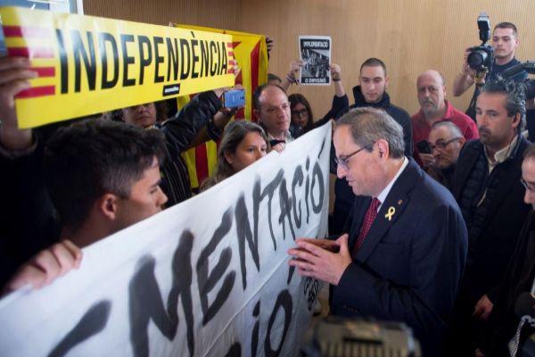 Torra habla con los CDR durante una protesta en Sabadell.