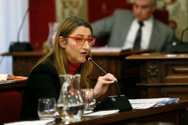 La portavoz del Gobierno y concejal de Educación, Mari Carmen de España, durante un pleno municipal.