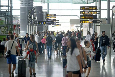 El aeropuerto de Alicante durante la temporada de verano, en una imagen de archivo. MANUEL LORENZO
