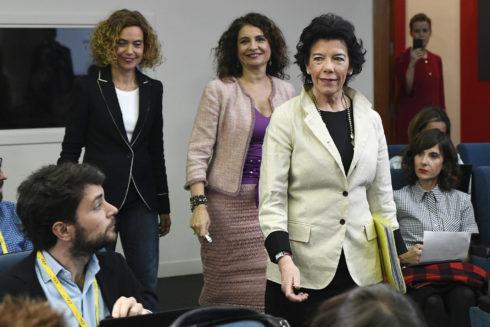 Las ministras Isabel Celaá, María Jesús Montero y Meritxell Batet, a su llegada a la rueda de prensa tras el Consejo de Ministros