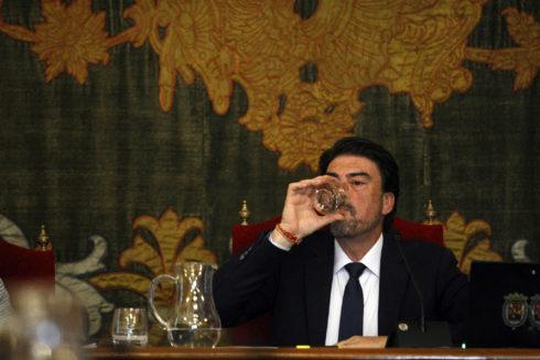El alcalde de Alicante, Luis Barcala (PP), en el pleno del pasado viernes.