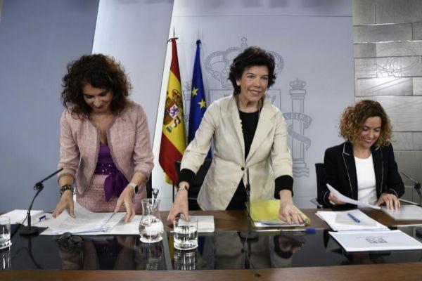 La ministra Portavoz del Gobierno, Isabel Celaá, junto a la ministra de Hacienda, María Jesús Montero, y la ministra de Política Territorial y Función Pública, Meritxell Batet.