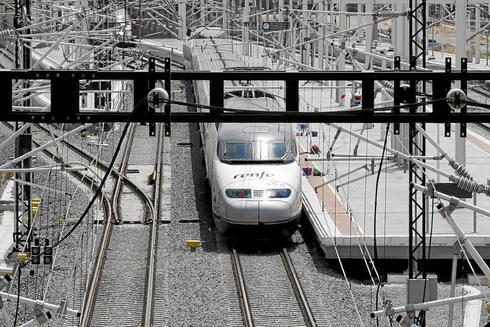Un tren de Alta Velocidad llegando a la estación de Alicante, en una imagen de archivo.