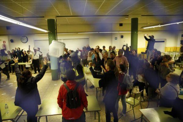 Imagen de la acción policial dentro del centro Ramon Llul de Barcelona