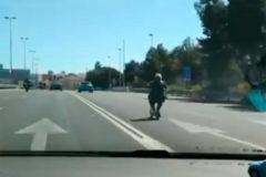 La mujer, circulando por la autovía.