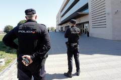 La Policía Nacional vigila las puertas de la Audiencia de Castellón.