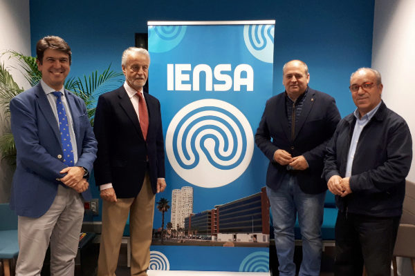De izquierda a derecha, los neurocirujanos José Manuel Montero y Francisco Trujillo, de IENSA, con el alcalde de Los Barrios, Jorge Romero, y el presidente de la Junta Municipal de Distrito de Palmones, José Antonio Gómez.