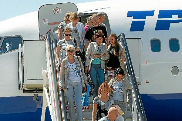 Turistas rusos descendiendo de un avión nada más aterrizar en Mallorca el verano pasado.