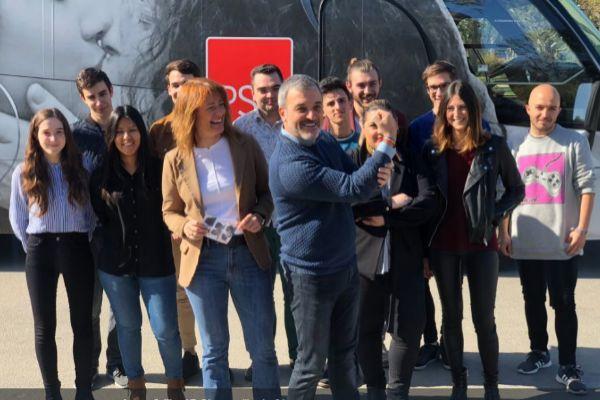 Jaume Collboni con militantes del PSC municipal esta mañana en Barcelona antes de que el 'Autobús del amor' iniciará su recorrido por la ciudad.