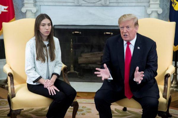 """-FOTODELDÍA- MRX02. WASHINGTON (ESTADOS UNIDOS).- El presidente de EE.UU., Donald Trump (d), se reúne este miércoles con <HIT>Fabiana</HIT> <HIT>Rosales</HIT>, esposa del jefe el Parlamento venezolano, el opositor Juan Guaidó, en el Despacho Oval de la Casa Blanca, en Washington, EE.UU. Trump afirmó que Rusia """"tiene que salir"""" de Venezuela, en referencia a los militares rusos que llegaron este fin de semana al país caribeño."""