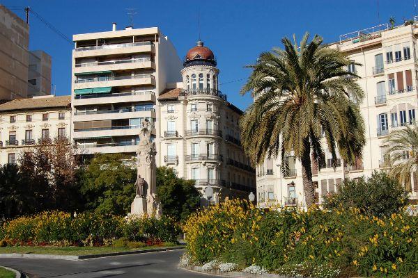 Edificio de Casa Alberola, en Alicante, donde se quiere implantar el hotel de lujo.