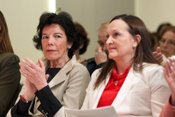 Isabel Celaá junto a la candidata al Senado, Julia Liberal.