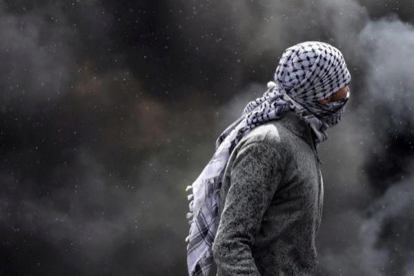 Un palestino se enfrenta a las fuerzas israelíes en el primer aniversario de la Gran Marcha del Retorno en la franja de Gaza.