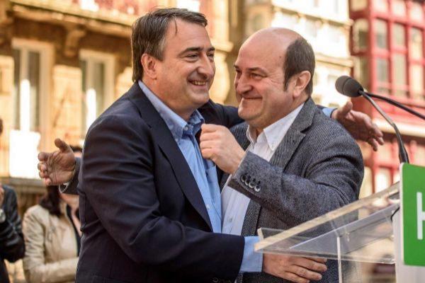 Esteban y Ortuzar se abrazan en el acto de Bilbao.