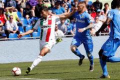 GRAF2505. GETAFE (MADRID).- El jugador del <HIT>Leganés</HIT> Juan Francisco Moreno (i) se prepara para golpear el balón ante el defensor portugués del Getafe Vitorino Pacheco (c), durante el partido que enfrentan en la Jornada número 29 de primera división de LaLiga, en el Coliseum Alfonso Pérez en Getafe, Madrid.