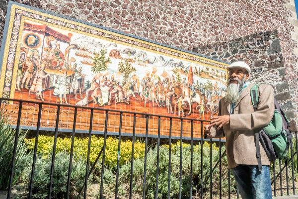 Francisco Gutiérrez en la iglesia donde reposan los restos de Cortés. El mosaico alude al primer encuentro del español con el emperador azteca Moctezuma.