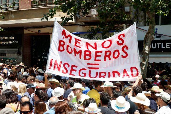 Protesta por la falta de personal de los bomberos de Alicante minutos antes de una mascletà de Hogueras.