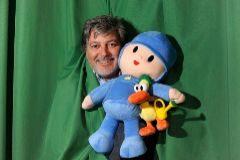 José María Castillejo con Pocoyó, el muñeco de color azul que desbancó a todas las series infantiles.