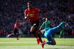 Rushford y Martial mantienen al United a pleno pulmón