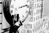 Harold Lloyd colgado de un reloj en la película 'El hombre mosca '(1923).