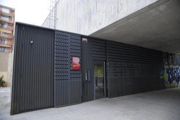 Entrada de acceso a la guardería municipal El Fil, en Barcelona.