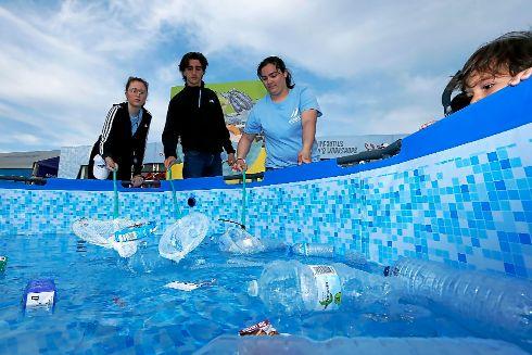El problema de los desechos plásticos en el mar se trata en diversos puntos de la villa, como este juego de recogida de residuos.