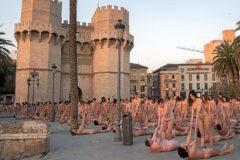 Cientos de personas posan desnudas, ayer, frente a las Torres de Serrano en Valencia.
