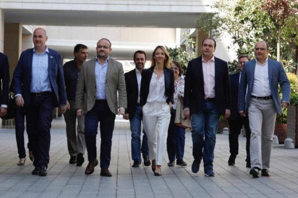 Cayetana Álvarez de Toledo, rodeada por los candidatos del PP al 28-A.