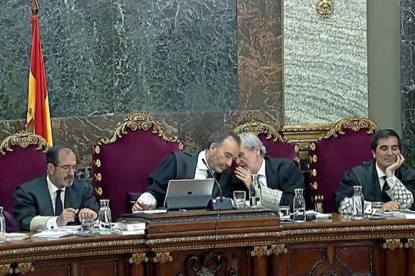 Manuel Marchena, presidente del tribunal del 1-O, escucha al...