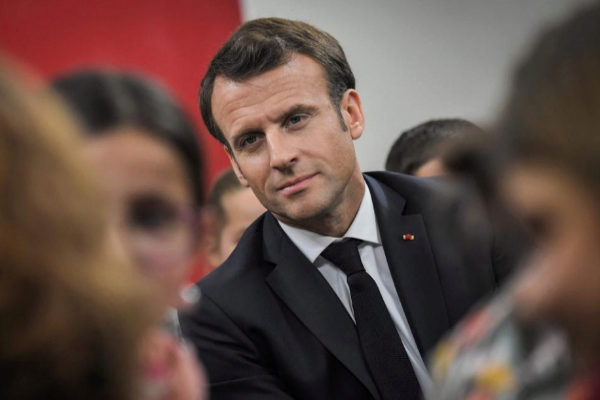 El presidente francés Emmanuel Macron participa en un debate con niños en Beaupreau-en-Mauges (Francia).